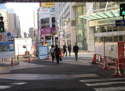 5)歩行者用通路の下をくぐると、八王子オクトーレの目の前に出ます。