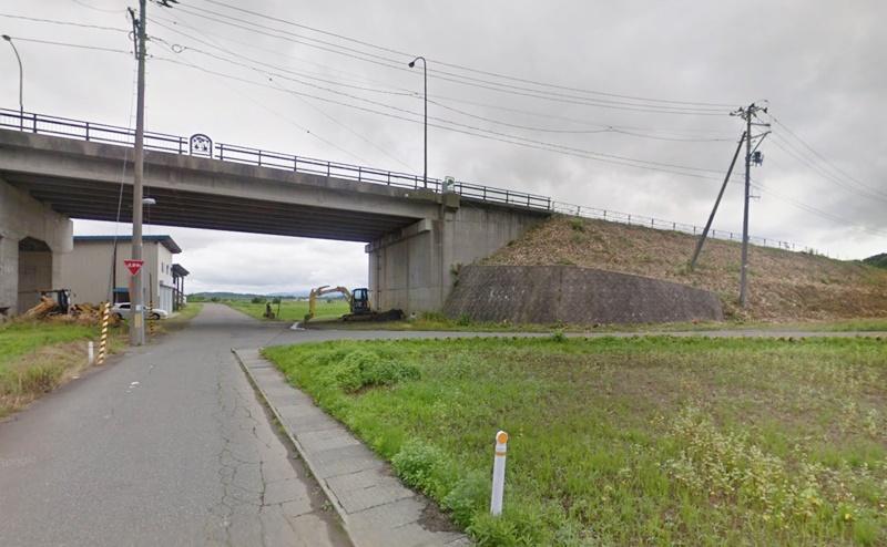 高架の下をくぐらずに手前の道を右折し、道なりに進みます