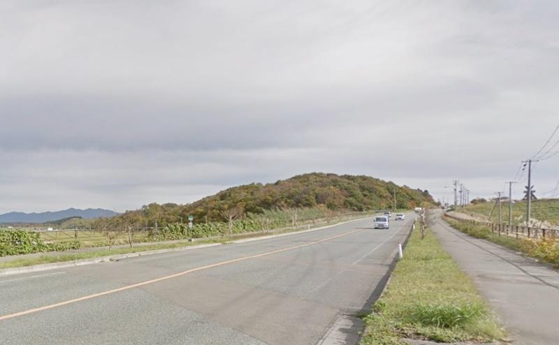 県道61号に突き当たるので、右折します。
