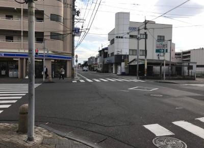 4)ローソンのある交差点を渡り、さらに直進します。