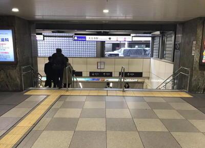 2)そのまま直進し、地下鉄御堂筋線の駅に入ります。