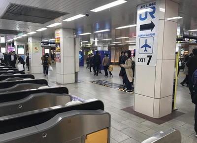 1)南改札を出たら、 左折または直進し、JR「天王寺駅」方面へ向かいます。