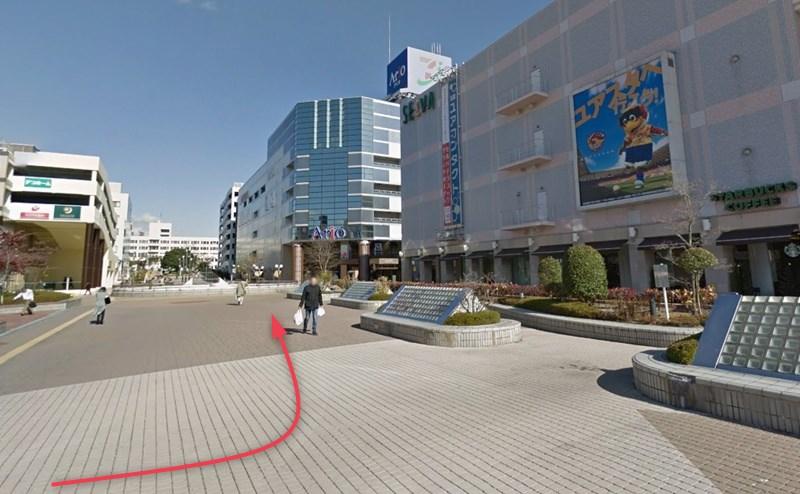セルパの目の前の広場を左折します。
