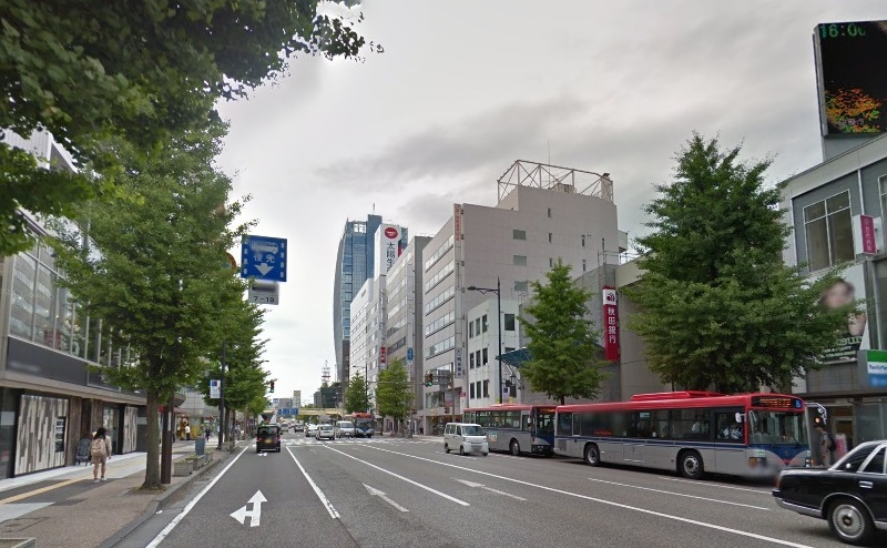 3)流作場五差路を抜けて直進し、右手に秋田銀行のある国道7号線を約100m直進します。