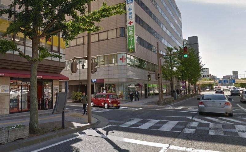 4)右手に新潟東警察署万代交番のある一つ目の信号を左折し、左手にらーめん風伯のある道を約100m直進します。