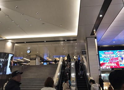 梅田駅の改札を出たら、エスカレーターもしくは階段にて1階に下ります。
