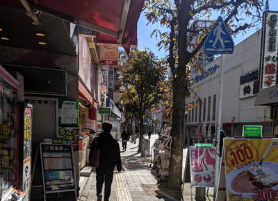 左手にSEGA、右手に三井住友銀行が見える道をそのまま150m直進