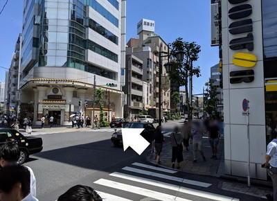 地上に出たらそのまま直進し、右にある横断歩道を渡ります