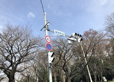 鶴瀬駅前交差点の横断歩道を渡り