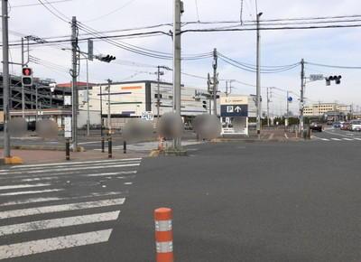 市役所前交差点を直進