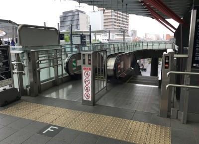 3)中央北口を出たら、エスカレーターを降りてバスのりばへ向かいます。