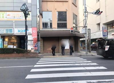 3) 短い横断歩道をアーケード側に渡り、アーケードを抜けます。その後、目の前にある横断歩道を渡り、左折します。