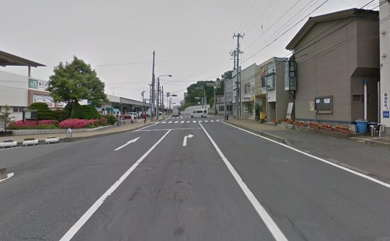 本八戸駅南口を出て左折し、約50m直進します。