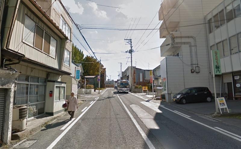 右折後、県道23号線を約450m直進します。