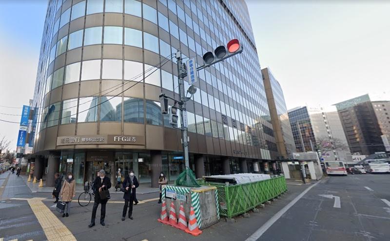 横断歩道を渡った正面にある福岡センタービルの地下1階が店舗です。