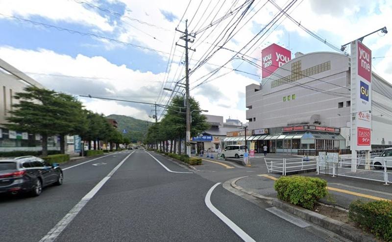 右手にゆめタウン東広島が見えます。本館の2階が店舗です。