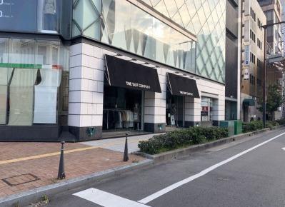 4)右手の角、ガラス張りが印象的な建物がWATビルです。