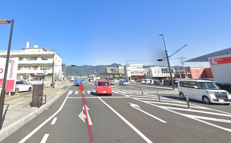 県道27号線に入るので、そのまま約1.6km直進します。