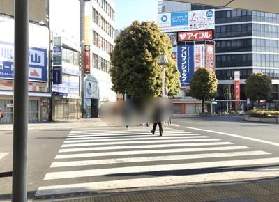 横断歩道を渡り前方へ進みます