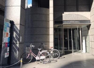 4)こちらがビルの入り口になります。9階にエレベーターでお越しください。