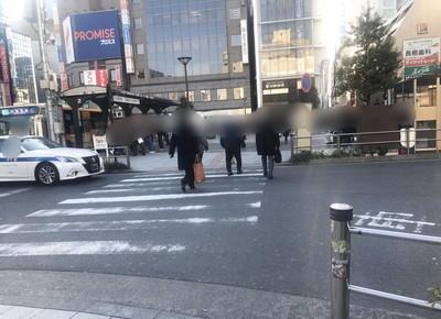 2) 目の前にある短い横断歩道を渡って直進します。