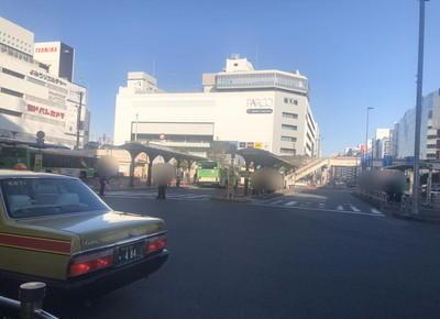 2) 駅前の広場を直進し、バスロータリーを左手に見ながら直進します。
