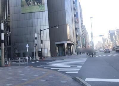 5) さらに、洋服の青山の前にある横断歩道をJRA側へ渡ります。