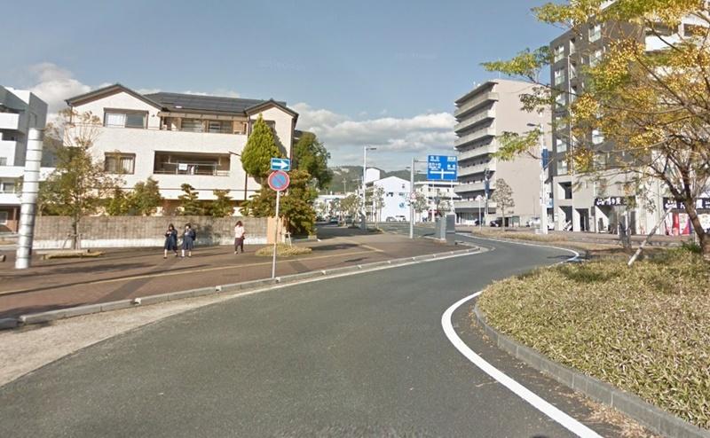 駅前ロータリーに出るので、道になりに進みます。