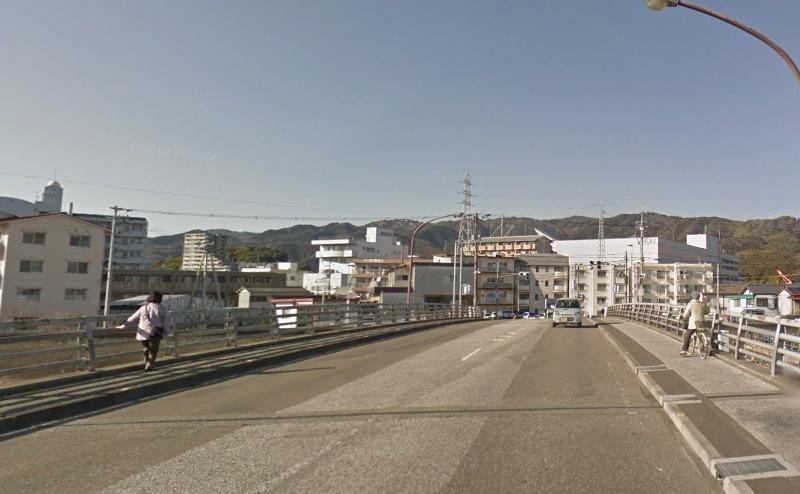 橋を渡り、さらに約250m直進します。