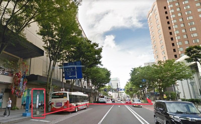 「香林坊」バス停で下車し、右手に見える香林坊東急スクエアへ横断歩道を渡って向かいます。