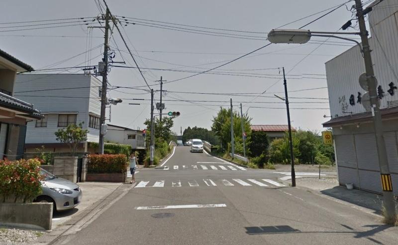 約150m直進し、永盛駅前の交差点を左折します。