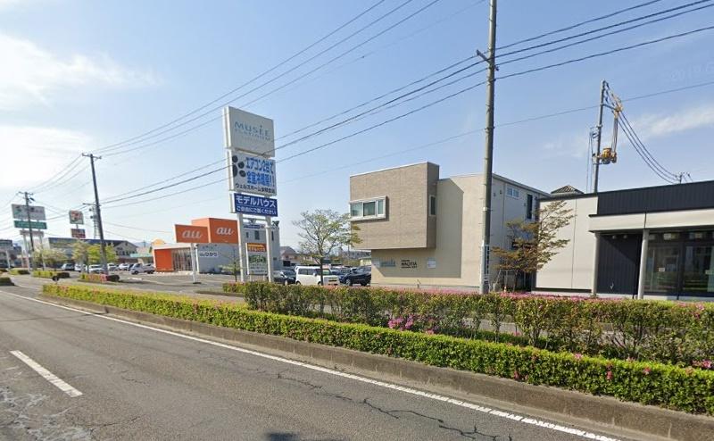 約300m直進すると、昭和シェル石油の向かいにミュゼがあります。無料駐車場に車を止めましょう。
