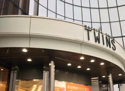 3)左手の建物、「町田東急ツインズウエスト」の7Fにサロンがあります。