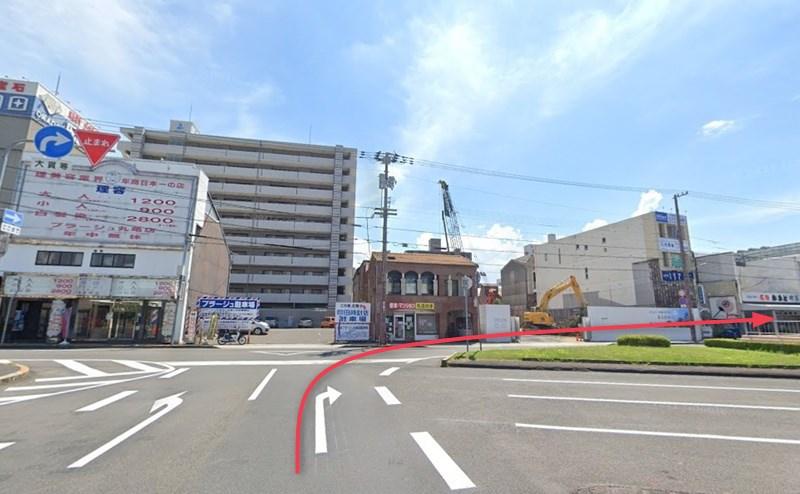 丸亀駅ロータリーから右折し、店舗を目指します。