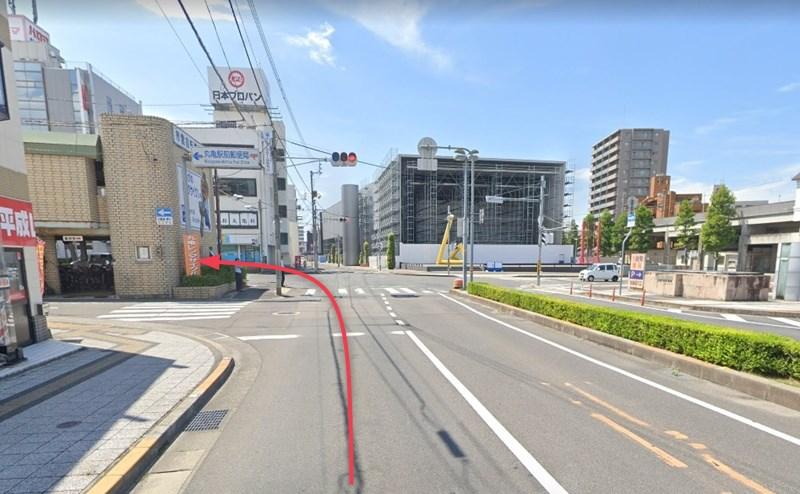 国道204号線が交わる交差点を左折します。