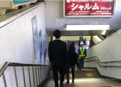 左側の階段を下ります