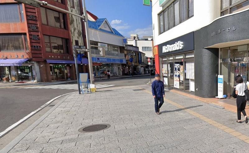 2)右手にマクドナルドがある道を右折し公園通りに入ります。