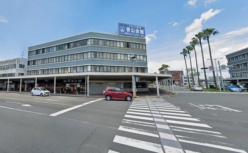 南宮崎駅の北口ロータリーを出たあと、南駅通りが交わる交差点の横断歩道を渡り、左折します。