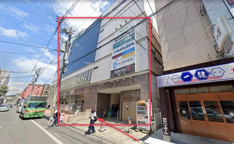 約100直進すると、右手に盛岡MOSSがあります。店舗は4階です。
