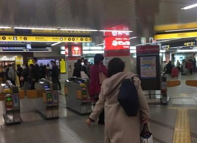 1)なんば駅の南南改札を出たら、右折し、4番出口に向かいます。