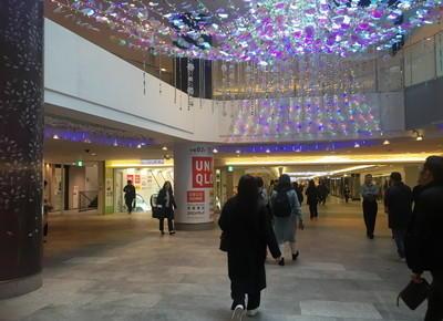 3)広場に出ます。左斜め前にあるエスカレーターにて、地下2階におります。