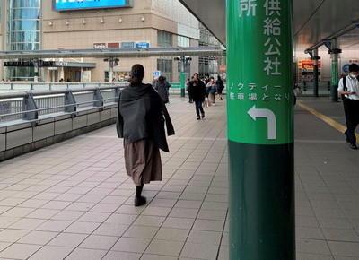 2)東口を出て正面の歩行者用通路を、約120m直進します。