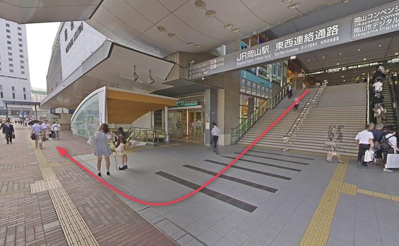 JR岡山駅東口を出て右折し、直進します。