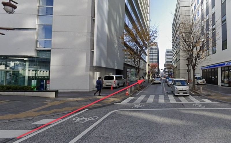 横断歩道を渡り、市役所筋まで直進します。