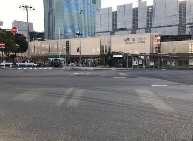 1)中央口を出て右折、「三宮駅北交差点」を目指してロータリーを直進します。