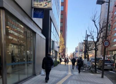 2)14番出口を出てすぐ左手に「カメイ札幌駅前ビル」がございます。