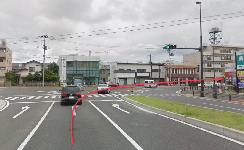 正面に七十七銀行がある突き当りの交差点を右折します。