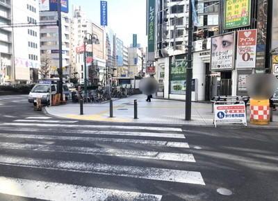 短い横断歩道を渡り、右折します
