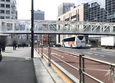 バスタ新宿前で右折