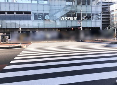 横断歩道をバスタ新宿に向かって渡ります